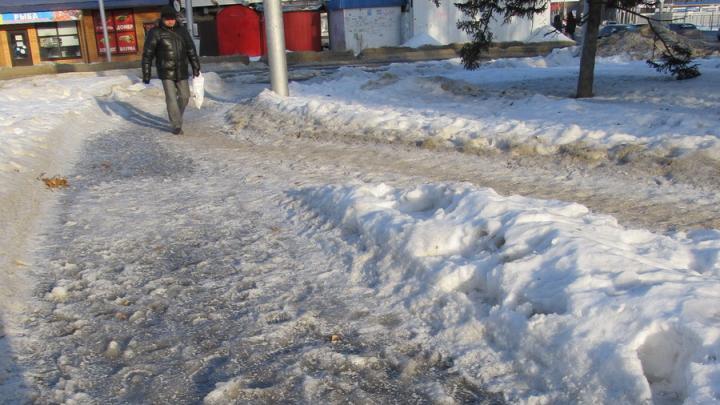 Жители Заводского района Саратова боятся выходить на обледеневшие улицы