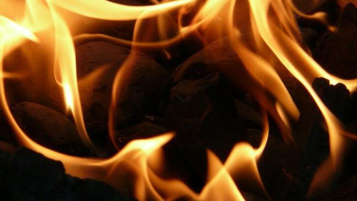 Кабель загорелся в торговых павильонах на Чапаева