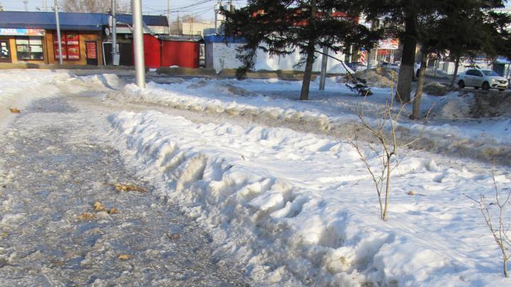 Чиновники Заводского района пообещали очистить тротуары от наледи
