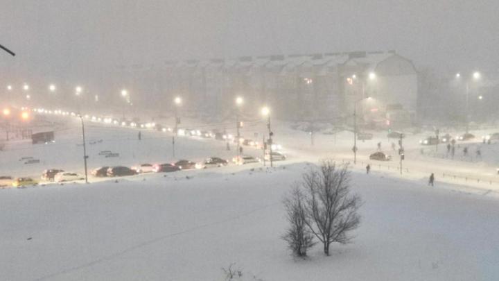 Саратов накрыло снегопадом, Юбилейный и Солнечный встали в пробки