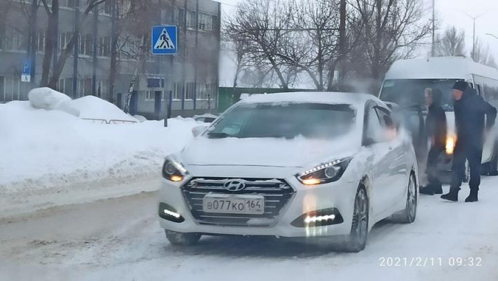 Четыре машины столкнулись в засыпанном снегом Саратове