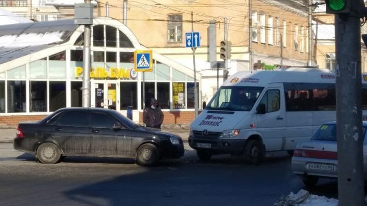 42-я маршрутка и «Лада-Приора» столкнулись в Волжском районе