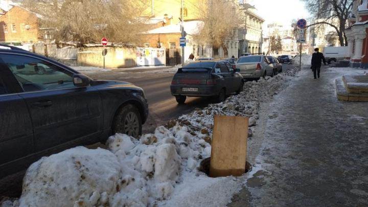 Опасный колодец на улице Лермонтова заткнут обломком мебели
