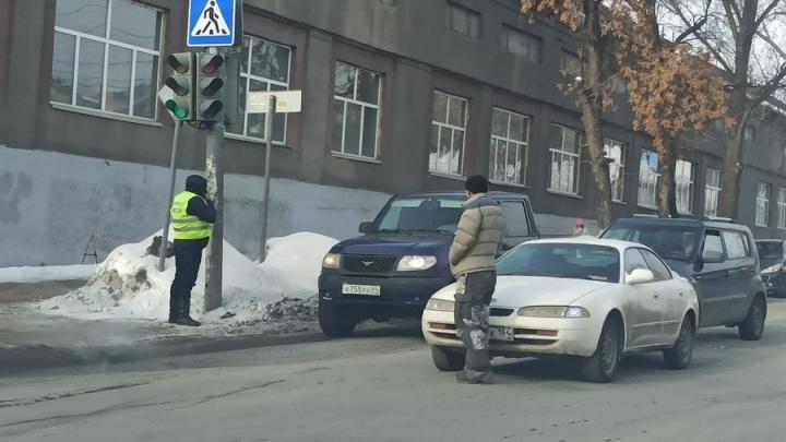Две иномарки заблокировали движение в сторону Чапаева