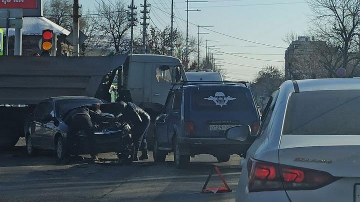 Около Сенного рынка в Саратове пробка из-за ДТП