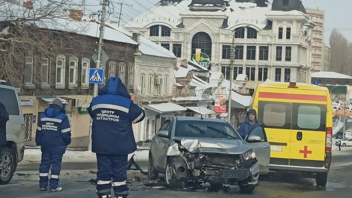 «Лада Веста» сильно пострадала в аварии на Радищева