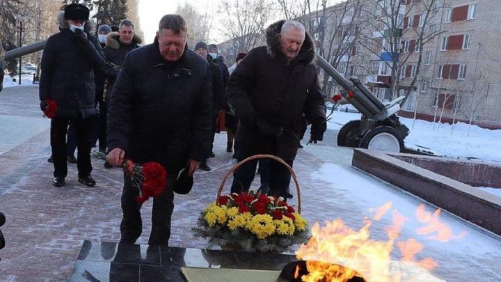 Николай Панков возложил цветы к мемориалу на Аллее героев в Балаково