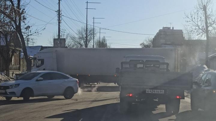 Фура заблокировала движение на Соколовой улице в Саратове
