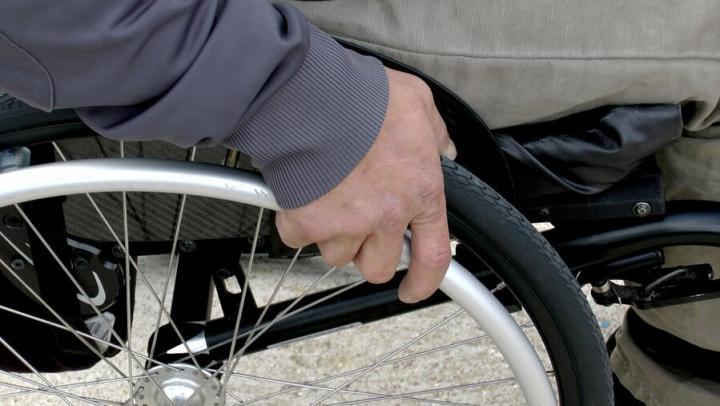 Мошенник обманул бабушку из Маркса при покупке инвалидной коляски