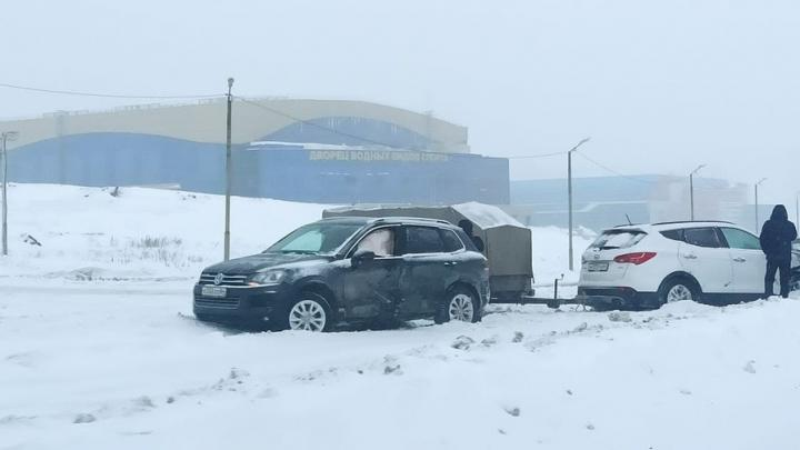 В снегопад у Дворца водных видов спорта столкнулись два автомобиля