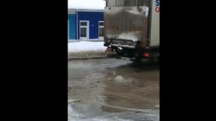 Из колодца на Октябрьской в Саратове бьет фонтан| ВИДЕО
