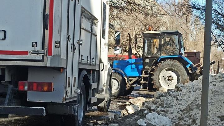 Авария на Зарубина оставила ледяные торосы на дороге, а жителей без воды