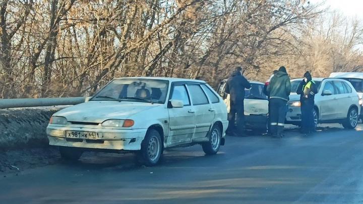 Три автомобиля на объездной дороге в Саратове создали крупную пробку