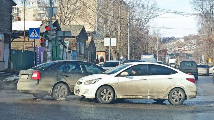 Столкновение иномарок спровоцировало пробку в центре Саратова