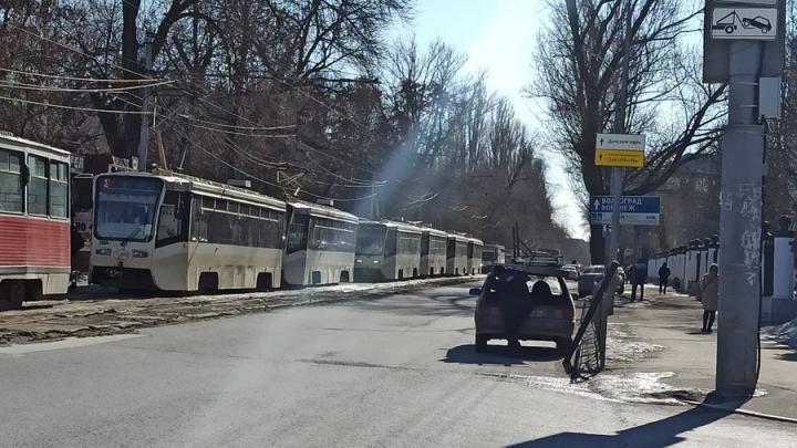 Неисправный троллейбус перекрыл движение трамваев на Московской