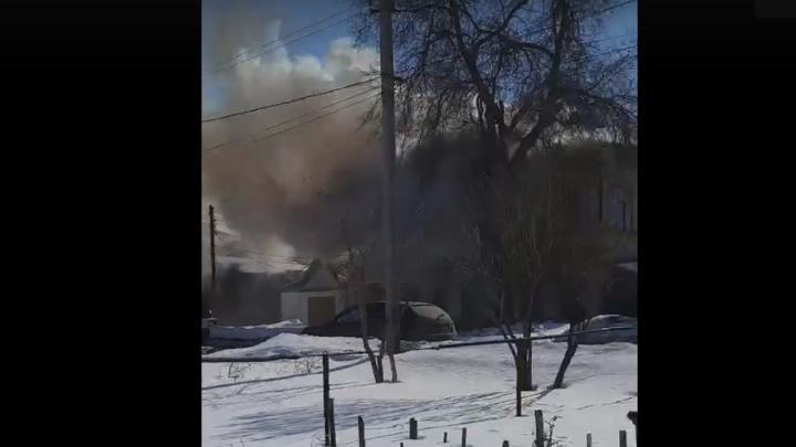 Жилой дом горит в Балакове в эти минуты