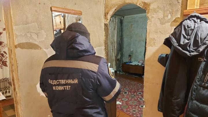 В Балакове вскрыли квартиру со странным запахом и нашли два трупа |18+