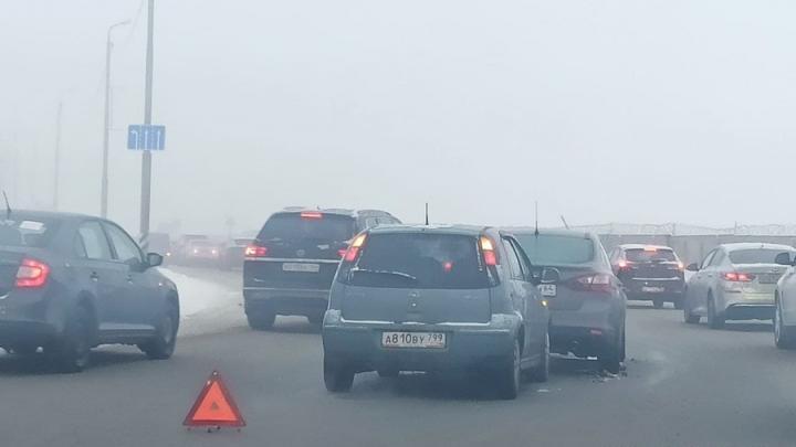 В утреннем тумане Opel врезался в Hyundai Solaris на Усть-Курдюмском шоссе