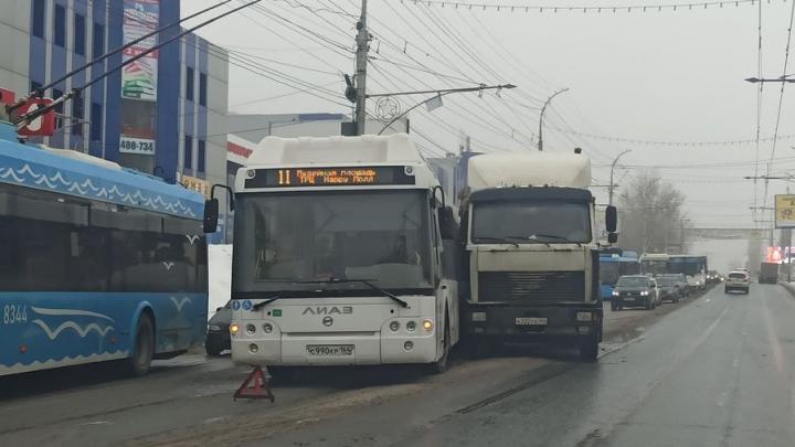 «Одиннадцатый» автобус и грузовик парализовали движение на проспекте 50 лет Октября | ФОТО