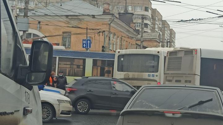 Въезд на Чернышевского заблокирован из-за столкновения автобуса и троллейбуса на Московской