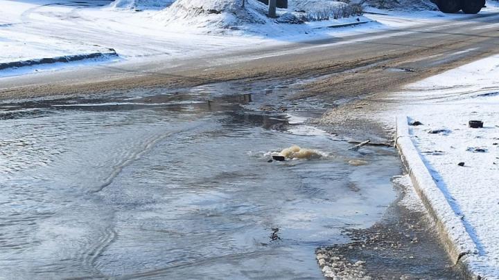 На Тархова в Саратове фонтан холодной воды заливает улицу| ВИДЕО