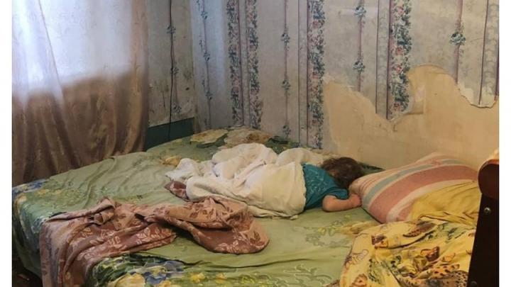 Двухлетнюю девочку изъяли из неблагополучной саратовской семьи и отправили в больницу