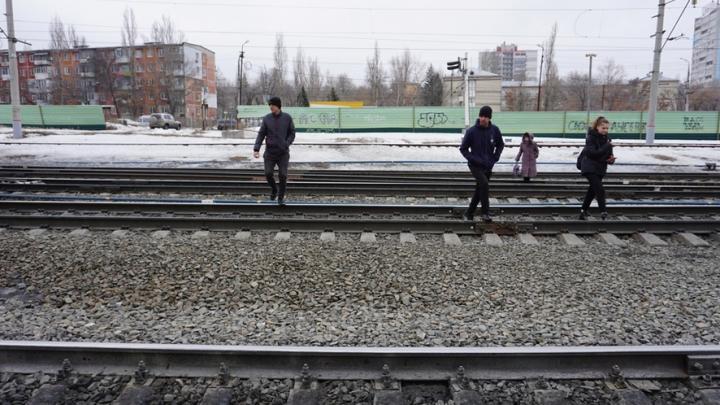 Саратовцы организовали опасный переход на станции «Трофимовский-1»