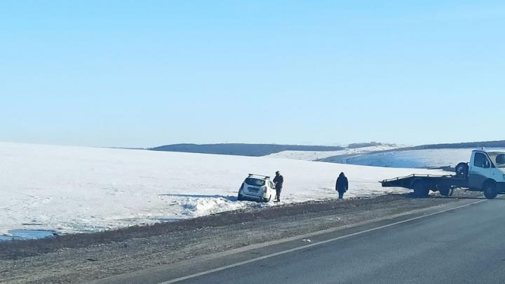 Renault Duster вылетел в заснеженный кювет на трассе под Саратовом