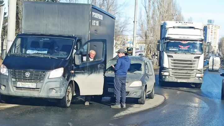 Авария на Сокурском тракте заблокировала выезд из Саратова