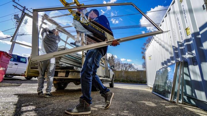 Саратовским работодателям не хватает слесарей, подсобных рабочих и уборщиков помещений