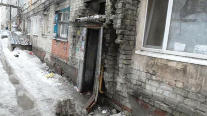 Жильцов с улицы Азина в Саратове не могут переселить, потому что их аварийный дом не вошел в программу