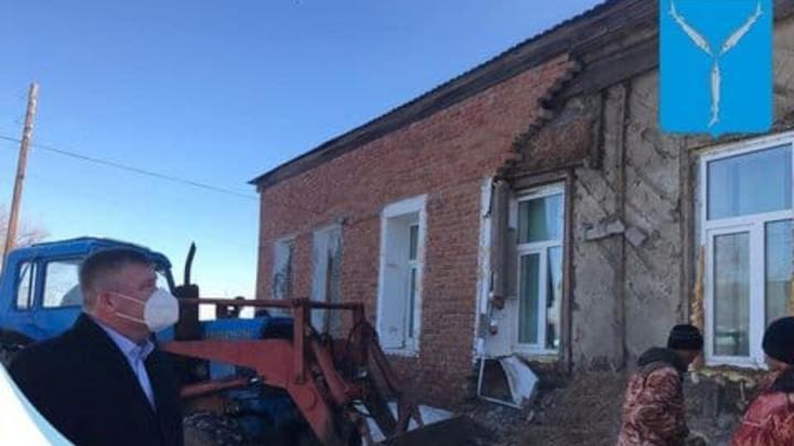 В Синеньких рухнула стена фельдшерского пункта: Михаил Исаев выехал на место