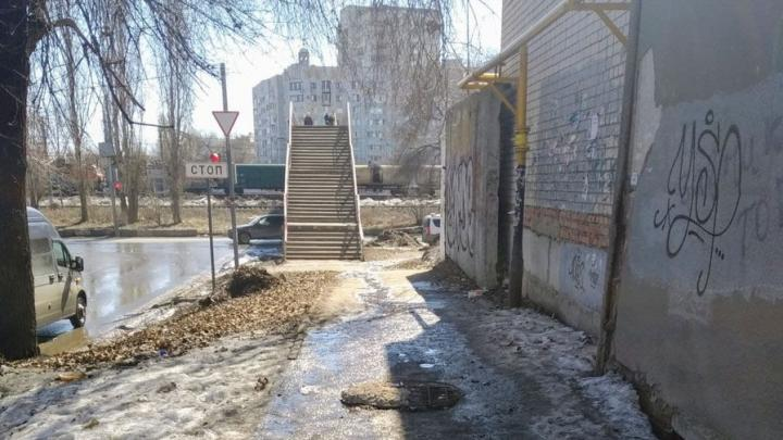 Открытый колодец угрожает саратовцам в Пожарном проезде Заводского района