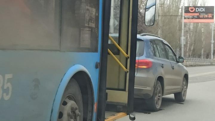 Троллейбус врезался в иномарку на проспекте 50 лет Октября в Саратове
