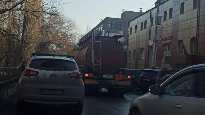 На Астраханской в Саратове пробка из-за ДТП с бензовозом
