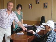 Сотрудники ПФР вернули пенсионерке потерянный кошелек