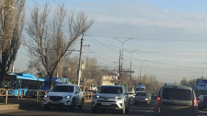 Огромные пробки на Антонова в Саратове из-за светофоров, которые обещали отремонтировать