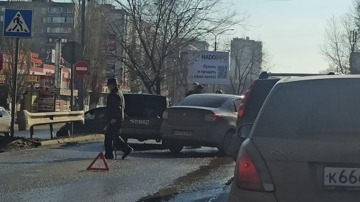 Renault и «семерка» попали в аварию у поликлиники в Солнечном