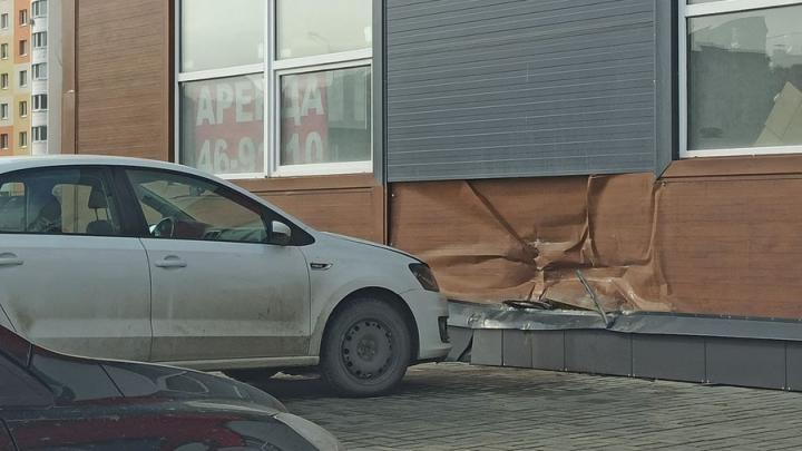 Volkswagen врезался в стену «Магнита» на Тархова в Саратове