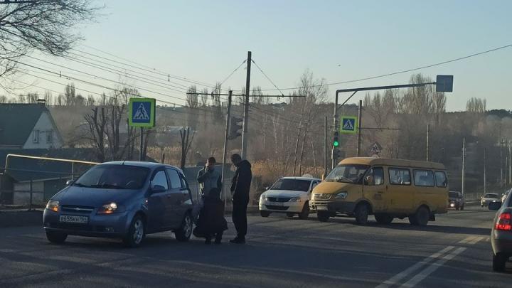Перед Солнечным в Саратове пробка из-за аварии на Танкистов