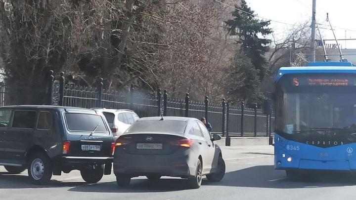 В центре Саратова пробка из-за аварии у правительства области