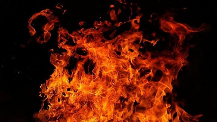 Иномарка сгорела в Энгельсе: огонь перекинулся еще на четыре машины