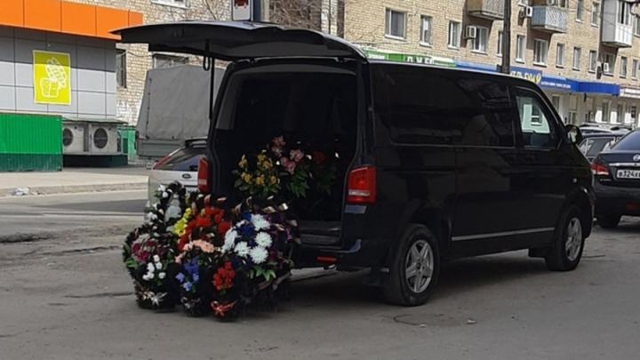 Распродажа венков в Ленинском районе озадачила саратовцев
