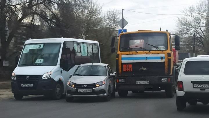 Пробка на Политехнической в Саратове из-за ДТП с маршруткой