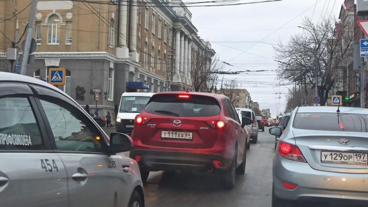 В центре Саратова пробка из-за неработающих светофоров