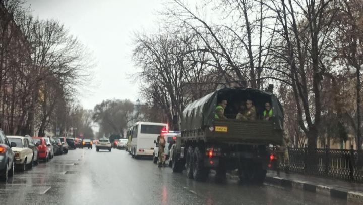 Военная техника окружила Театральную площадь в Саратове