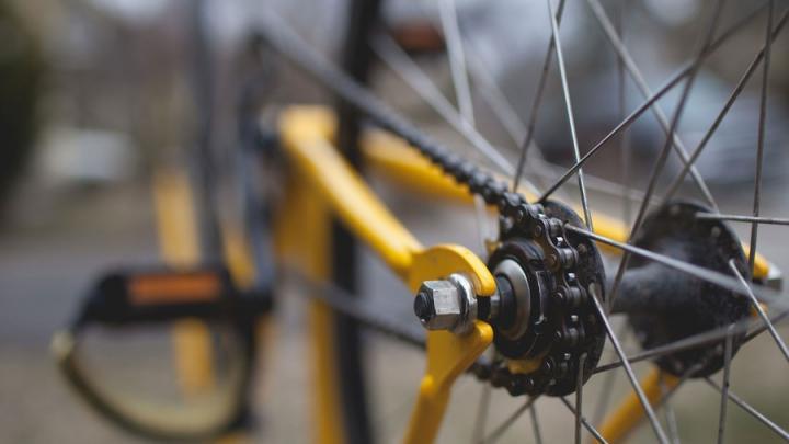 Велосипедист врезался в иномарку и попал в больницу в Саратове