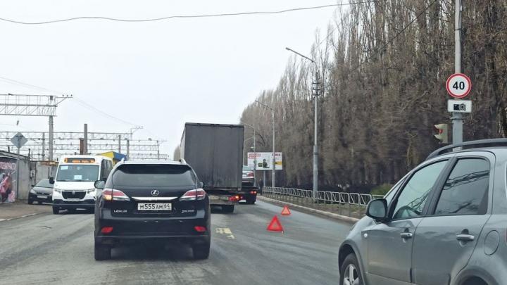 Фура с эвакуатором заблокировали движение в Заводском районе