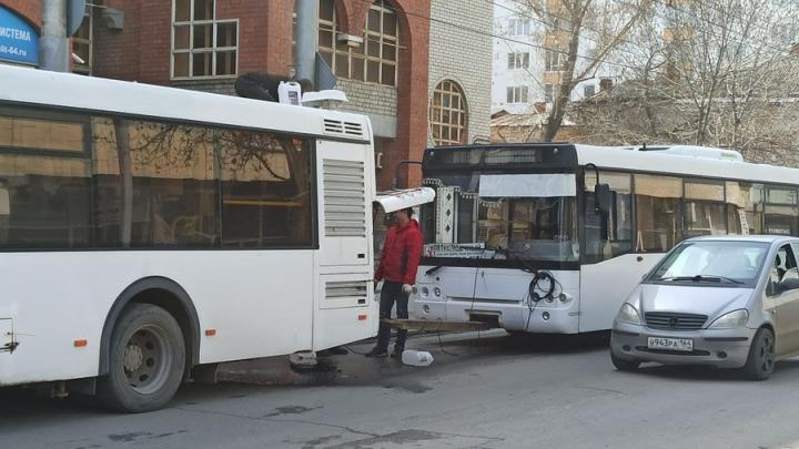 Два автобуса на жесткой сцепке создали затор в Волжском районе Саратова