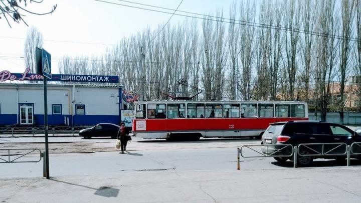 Трамваи № 8 встали на площади Орджоникидзе в Саратове